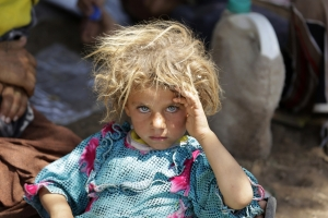 child-minority-yazidi-sect-fleeing-violence-iraqi-town-sinjar-rests-iraqi-syrian-border